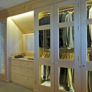 Immagine di una cabina armadio per uomo minimalista di medie dimensioni con ante di vetro, ante in legno chiaro e moquette