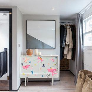 Imagen de armario unisex, escandinavo, con suelo de madera clara