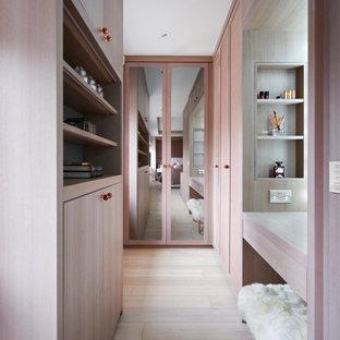 Idee per uno spazio per vestirsi per donna classico con ante lisce, ante in legno chiaro, parquet chiaro e pavimento beige