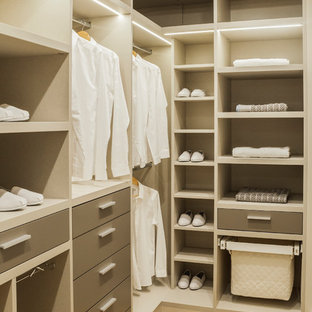 Exemple d'un dressing tendance de taille moyenne et neutre avec un placard sans porte, des portes de placard marrons, un sol en bois clair et un sol beige.