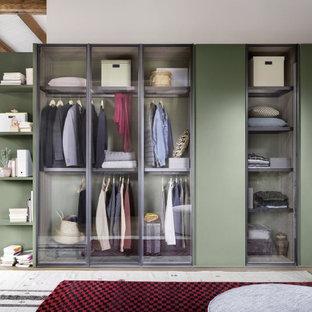 Imagen de armario unisex, actual, grande, con armarios tipo vitrina y puertas de armario verdes