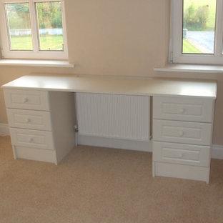Imagen de armario y vestidor de mujer, minimalista, de tamaño medio, con armarios tipo vitrina, puertas de armario blancas, moqueta y suelo beige