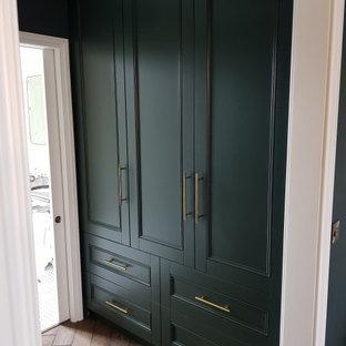 Inspiration för mellanstora klassiska omklädningsrum för könsneutrala, med luckor med infälld panel, gröna skåp, mellanmörkt trägolv och brunt golv