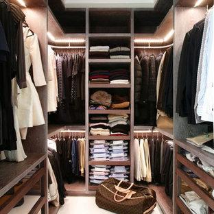 Свежая идея для дизайна: гардеробная в современном стиле - отличное фото интерьера