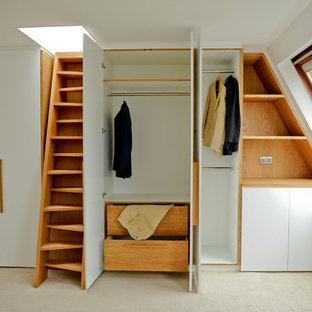 Imagen de vestidor unisex, contemporáneo, con armarios con paneles lisos y puertas de armario blancas