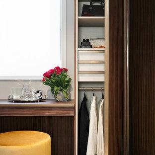 Idéer för små funkis omklädningsrum för könsneutrala, med släta luckor och skåp i mörkt trä