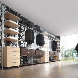 Ejemplo de armario de mujer, contemporáneo, grande, con armarios abiertos, puertas de armario de madera clara y suelo de baldosas de terracota
