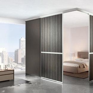 Imagen de armario unisex, actual, grande, con armarios abiertos, puertas de armario de madera en tonos medios y suelo de baldosas de terracota