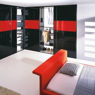 Idee per un grande armadio o armadio a muro unisex design con ante di vetro, ante nere e pavimento in gres porcellanato