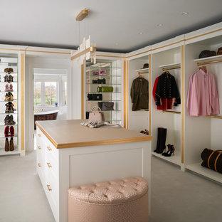 Ejemplo de vestidor de mujer, actual, de tamaño medio, con armarios abiertos, puertas de armario blancas, moqueta y suelo blanco