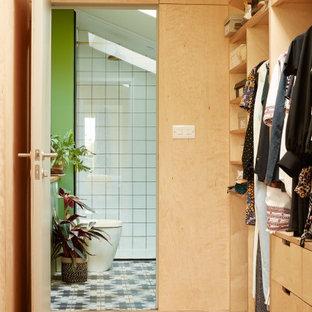 Foto di uno spazio per vestirsi unisex scandinavo di medie dimensioni con ante lisce, ante in legno chiaro e parquet chiaro