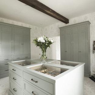 Diseño de vestidor unisex, de estilo de casa de campo, de tamaño medio, con armarios con rebordes decorativos y puertas de armario grises