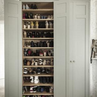 Foto de vestidor unisex, de estilo de casa de campo, de tamaño medio, con armarios con rebordes decorativos y puertas de armario grises