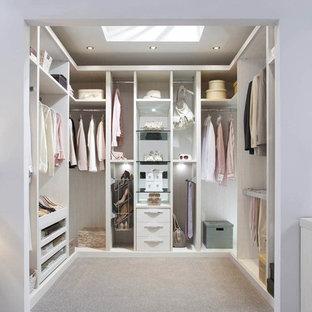 Foto de armario vestidor unisex, actual, de tamaño medio, con armarios abiertos, puertas de armario de madera clara, moqueta y suelo beige