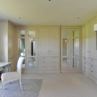 Diseño de vestidor unisex, tradicional, con armarios estilo shaker, puertas de armario beige, moqueta y suelo beige