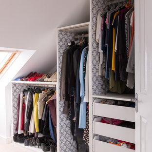Ejemplo de armario vestidor unisex, contemporáneo, pequeño, con armarios abiertos, puertas de armario blancas y moqueta