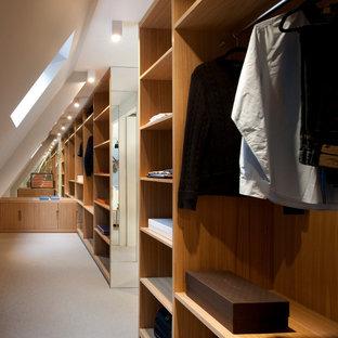 Bild på ett stort funkis walk-in-closet för män, med skåp i mellenmörkt trä, heltäckningsmatta och öppna hyllor