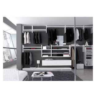 Kleiner, Neutraler Moderner Begehbarer Kleiderschrank mit weißen Schränken, Marmorboden und offenen Schränken in Dorset