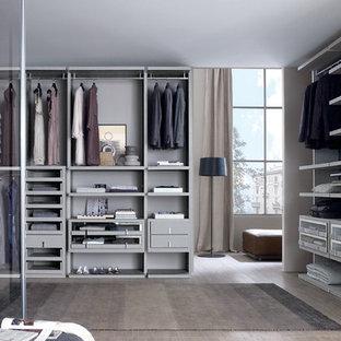 Imagen de armario vestidor de hombre, actual, pequeño, con armarios tipo vitrina y puertas de armario grises