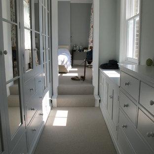 Kleines Modernes Ankleidezimmer mit Teppichboden in London