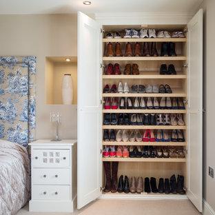 Immagine di armadi e cabine armadio unisex chic con ante in stile shaker, ante bianche, moquette e pavimento beige