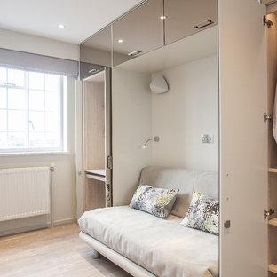 Imagen de armario y vestidor unisex, contemporáneo, pequeño, con suelo vinílico y suelo beige