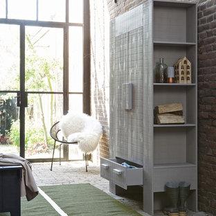 ドーセットの北欧スタイルのおしゃれな収納・クローゼット (レンガの床) の写真