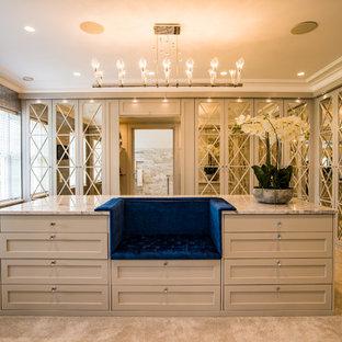 バッキンガムシャーの大きい男女兼用コンテンポラリースタイルのおしゃれなフィッティングルーム (ベージュのキャビネット、カーペット敷き、ベージュの床、シェーカースタイル扉のキャビネット) の写真