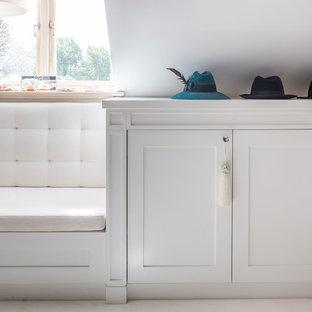 Imagen de vestidor unisex, campestre, extra grande, con armarios abiertos, puertas de armario blancas, moqueta y suelo blanco