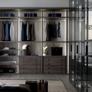 Großer, Neutraler Moderner Begehbarer Kleiderschrank mit offenen Schränken, dunklen Holzschränken und Betonboden in Dorset