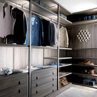 Foto de armario vestidor unisex, contemporáneo, grande, con armarios abiertos, puertas de armario de madera en tonos medios y suelo de cemento