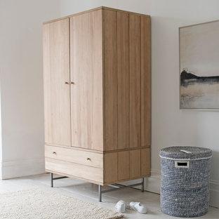Foto de armario actual, de tamaño medio, con suelo de madera pintada y suelo blanco