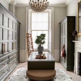 Пример оригинального дизайна: большая парадная гардеробная унисекс в стиле современная классика с фасадами с утопленной филенкой, черными фасадами, ковровым покрытием и бежевым полом