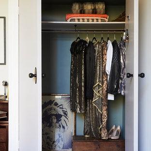 Foto på ett funkis klädskåp för kvinnor, med vita skåp, heltäckningsmatta och grått golv