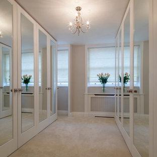 Foto di una cabina armadio unisex con moquette, pavimento beige e soffitto a cassettoni