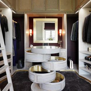 Diseño de vestidor unisex, contemporáneo, de tamaño medio, con puertas de armario de madera clara, moqueta, suelo gris y armarios con paneles empotrados