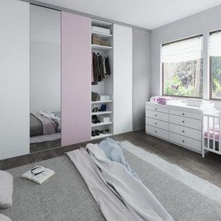 Ejemplo de armario y vestidor de mujer, escandinavo, con armarios con paneles lisos y puertas de armario con efecto envejecido