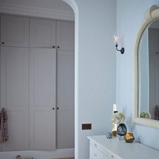 Foto de vestidor unisex, clásico renovado, grande, con armarios estilo shaker, puertas de armario beige y suelo de madera clara