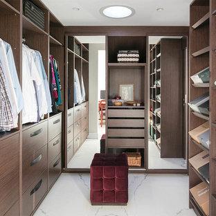Ejemplo de armario vestidor unisex, de tamaño medio, con armarios con paneles lisos, puertas de armario de madera en tonos medios y suelo de baldosas de porcelana