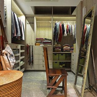 Foto på en shabby chic-inspirerad garderob