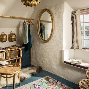 Kleines, Neutrales Mediterranes Ankleidezimmer mit Ankleidebereich, gebeiztem Holzboden und blauem Boden in Cornwall