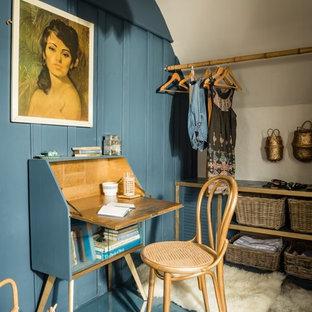 Esempio di un piccolo spazio per vestirsi unisex mediterraneo con pavimento in legno verniciato