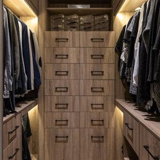 Inredning av ett modernt mellanstort walk-in-closet för könsneutrala, med släta luckor, skåp i ljust trä, ljust trägolv och brunt golv