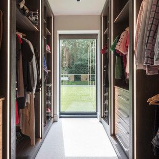 サリーの男女兼用コンテンポラリースタイルのおしゃれなウォークインクローゼット (フラットパネル扉のキャビネット、濃色木目調キャビネット、カーペット敷き、白い床) の写真
