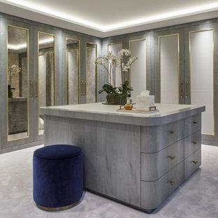 Idées déco pour un dressing classique avec un placard à porte shaker, des portes de placard grises, moquette, un sol gris et un plafond décaissé.