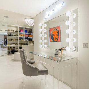 Esempio di un grande spazio per vestirsi per donna minimal con pavimento in gres porcellanato e pavimento bianco