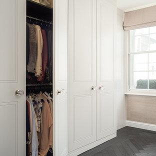 Diseño de armario clásico renovado, grande, con suelo de madera oscura y suelo negro