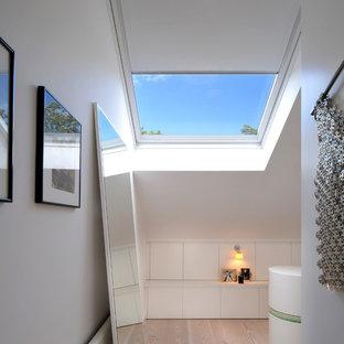 ロンドンの中サイズの北欧スタイルのおしゃれなフィッティングルーム (淡色無垢フローリング) の写真