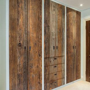Modelo de armario unisex, clásico, de tamaño medio, con armarios con paneles lisos, puertas de armario de madera oscura, moqueta y suelo beige