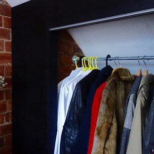 Modelo de armario y vestidor escandinavo de tamaño medio